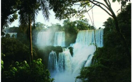 The waterfalls that separate the countries